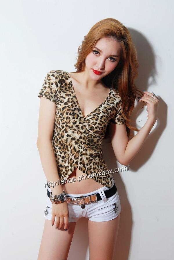 ボディコン通販の商品:小顔効果のVネック半袖Tシャツ・ヒョウ柄(ブラウン)E4036・素人着用写真1