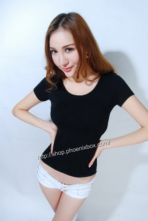 ボディコン通販の商品:小顔効果のVネック半袖Tシャツ・黒E4036・素人着用写真3