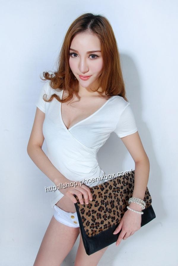 ボディコン通販の商品:小顔効果のVネック半袖Tシャツ・白E4036・素人着用写真1