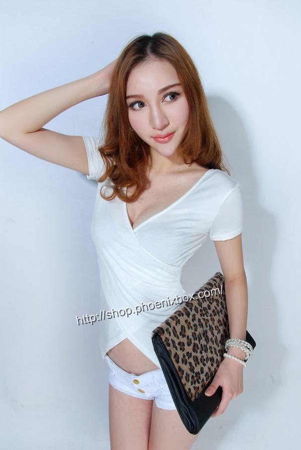 ボディコン通販の商品:小顔効果のVネック半袖Tシャツ・白E4036・素人着用写真3
