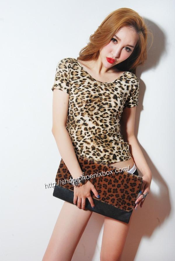 ボディコン通販の商品:小顔効果のVネック半袖Tシャツ・ヒョウ柄(ブラウン)E4036・素人着用写真6