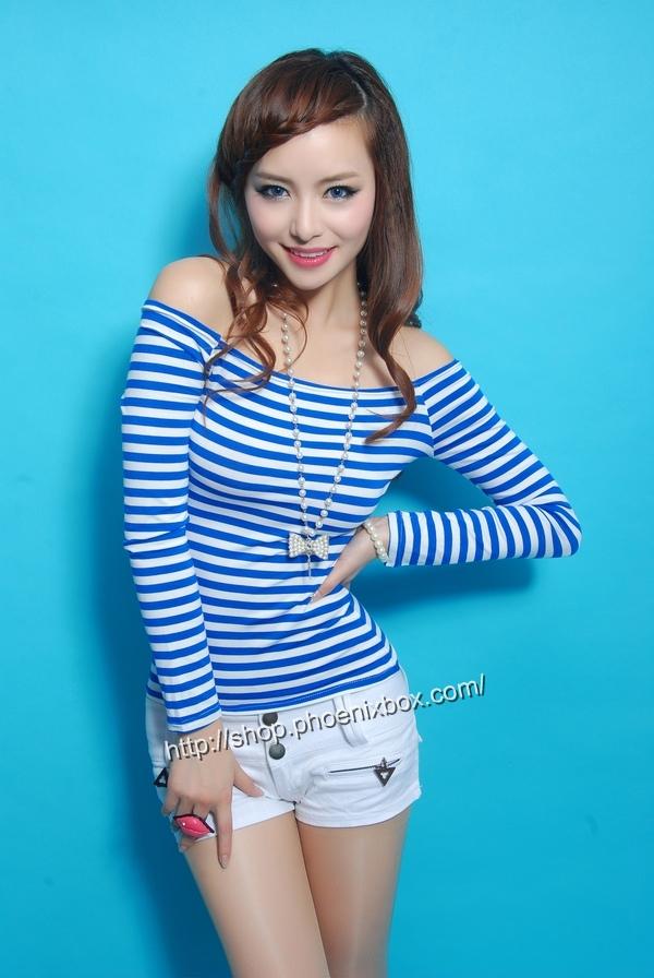 ボディコン通販の商品:オフショルダーTシャツ・青ボーダーE9793・素人着用写真1